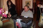 I přes svůj handicap se Oldřich Tatíček z Rokytna vydal do volební místnosti.