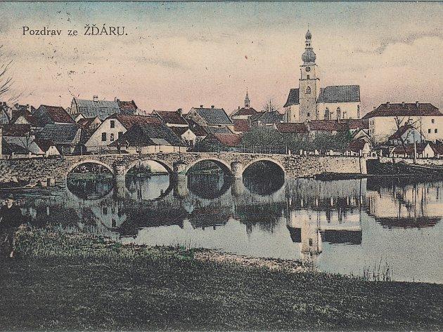 Pohlednice Pozdrav ze Žďáru se záběrem okolí kostela sv. Prokopa s kamenným mostem přes řeku Sázavu vyšla po roce 1905 nákladem Jana Tomana ve Žďáře.