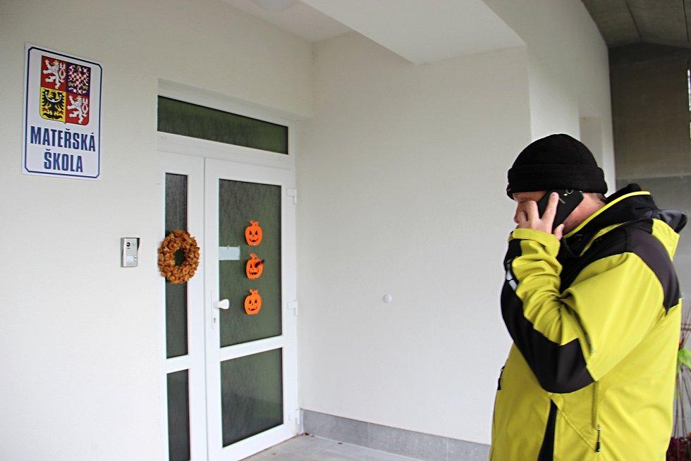 Do školky se nikdo nedozvoní, zbývá jen telefon - pokud je nabitý a má zrovna signál.