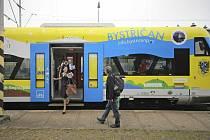 Jeden z polepených vlaků vozících regionální reklamu po kolejích Vysočiny využívá i Bystřice nad Pernštejnem.