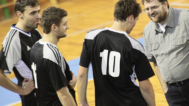 Trenér Žďáru Pavel Veselý (vpravo) by si přál stejně povedenou sezonu jako loni, kdy jeho celek skončil třetí. Letos se bude muset obejít bez blokaře Tomáše Chládka (vlevo).