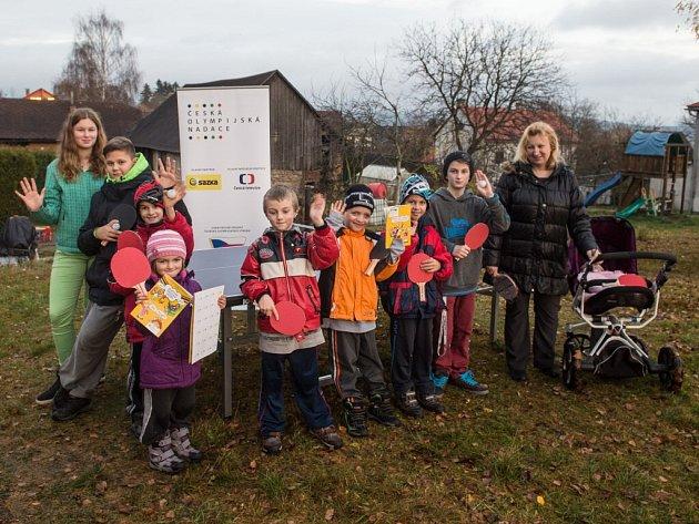 Ping-pongový stůl dostali od České olympijské nadace Trávníčkovi ze Škrdlovic. Sami o prázdninách pořádají kempy pro jiné pěstounské rodiny, s dětmi sportují, jezdí na kolech na výlety po okolí.