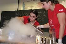 Suchý led, ale i prostředek na mytí nádobí posloužily jako rekvizity při chemickém kouzlení.