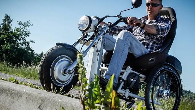 S pomocí elektrické tříkolky Rid-e se handicapované osoby dostanou například i do přírody, tedy do míst, kam by se jen s invalidním vozíkem nepodívaly.