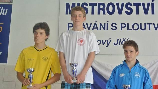 Plavec Vojtěch Dvořák (uprostřed) dovezl do Žďáru nad Sázavou tři zlaté medaile.