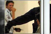 Ženu, která v úterý ubodala ve Žďáru nad Sázavou studenta a další tři lidi zranila, policie obvinila z vraždy a braní rukojmích. Hrozí jí 15 až 20 let vězení i výjimečný trest.
