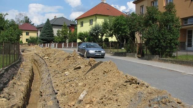 V Luční ulici rekonstruují chodník od křižovatky v sídlišti po kulturní dům.