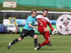 Fotbalisté Bystřice (v červeném) doma v sobotu zdolali Břeclav 3:0. Velká Bíteš (v modrém) ve Staré Říši kvůli nezpůsobilému terénu nehrála.