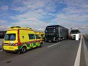 K nehodě dvou nákladních aut a jednoho osobního došlo na 139. kilometru dálnice D1 ve směru jízdy na Brno.