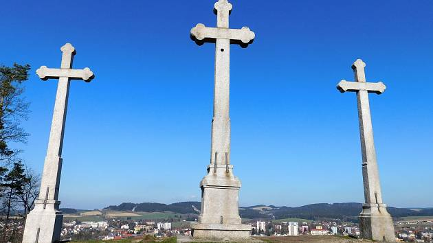 Tři kříže na kopci Kaplisko, soustava rybníků Trnka, Křivka a Němec i alej Cinzendorf patří k oblíbeným vycházkovým trasám. Foto: Deník/Lenka Mašová