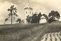 K nejvýznamnějším dominantám vísky a celého okolí patří kostel svatého Michaela. Jedná se o původně raně gotickou památku s románskými prvky, která vznikla patrně v první polovině 13. století.
