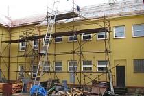 Rekonstrukce střechy dětského domova zahrnuje nový krov a plechovou krytinu za 3,3 milionu korun, stavební práce budou dokončeny v červenci.