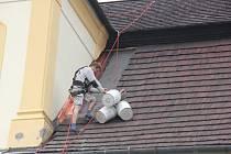 """Na střeše Horáckého muzea v centru Nového Města na Moravě se """"zabydleli"""" řemeslníci, kteří se pustili do oplechování věžičky a obnovy římsy."""