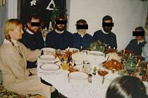 Jedna z mála fotografií, která se dostala na veřejnost. Zachycuje duchovní vůdkyni Ladislavu Kujalovou Jurovou (úplně vlevo) u společného stolu s dalšími členy sekty.