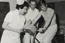 Na snímku je podle pamětníků vrchní sestra interny Adéla Dvořáková a Zdeněk Klát - lékařský sekretář a dokumentarista SZP a pacient na ergometru.