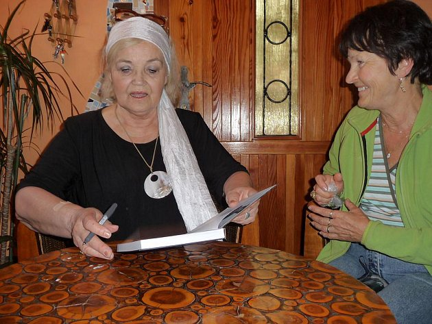 Přední českou herečku Gabrielu Vránovou a jejího syna, režiséra a fotografa Ondřeje Kepku přivítali v sobotu v Letní minigalerii ve Třech Studních. V pořadu Poezie pod jabloní se návštěvníci akce seznámili s novým DVD Království poezie Gabriely Vránové.