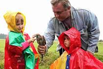 Poštolky z Polničky už mají svůj nový domov. Po jejich vypuštění do volné přírody se konala prohlídka zoo, při níž Zdeněk Štěpánek předvedl i několik hadů ze svého chovu.