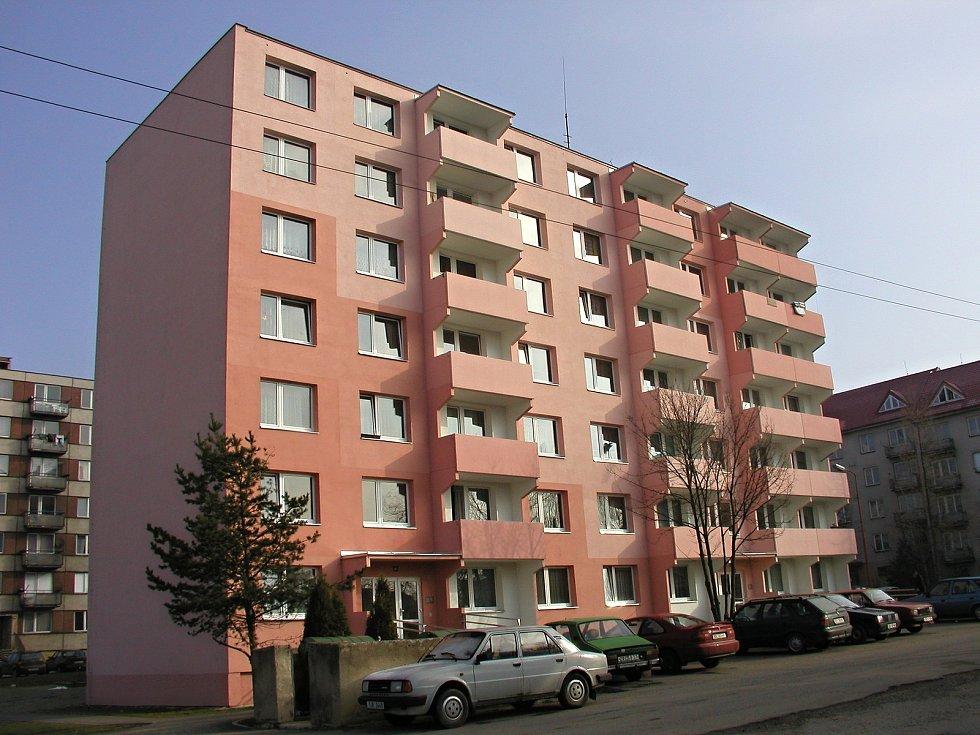 """Růžová fasáda věžáku vedle bystřické """"hotelovky"""" v roce 2003 zářila novotou."""