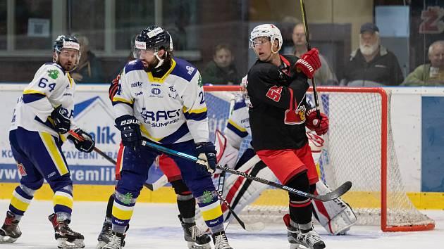 Po dvou výhrách v řadě v sobotu hokejisté Žďáru (v černých dresech) na Bouchalkách vyzvou vedoucí celek druholigové tabulky ze Šumperku (v modrobílém).
