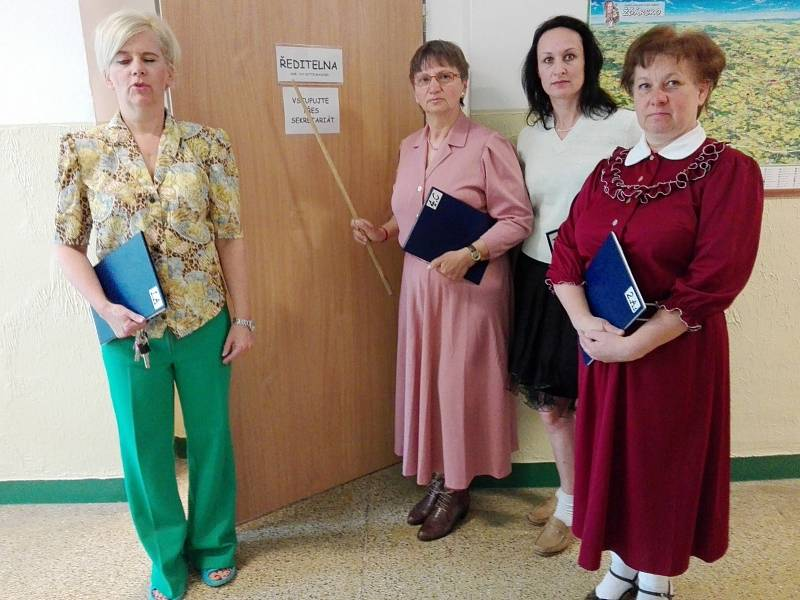 Učitelky vyrazily do školy také v dobovém oblečení.