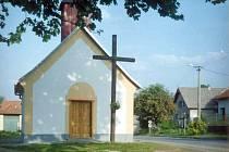 Před kaplí, která je zasvěcena svaté Rodině, se nachází dřevěný kříž z roku 1949.