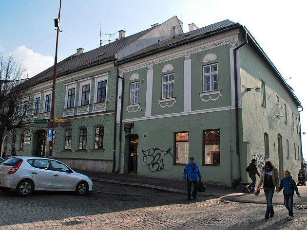 Objekt se dvěma čísly popisnými Žďárští prodávají jeho nájemníkům za více než 10 milionů korun.
