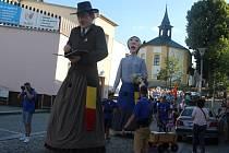 Nepřehlédnutelní obři z Flobecqu, kteří kráčeli v čele slavnostního průvodu, byli obdivováni malými i velkými návštěvníky. Potleskem bylo odměněno také jejich taneční vystoupení na náměstí Republiky.