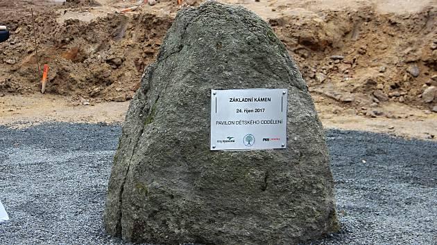 Poklepání základního kamene na staveništi budoucího pavilonu dětského oddělení.