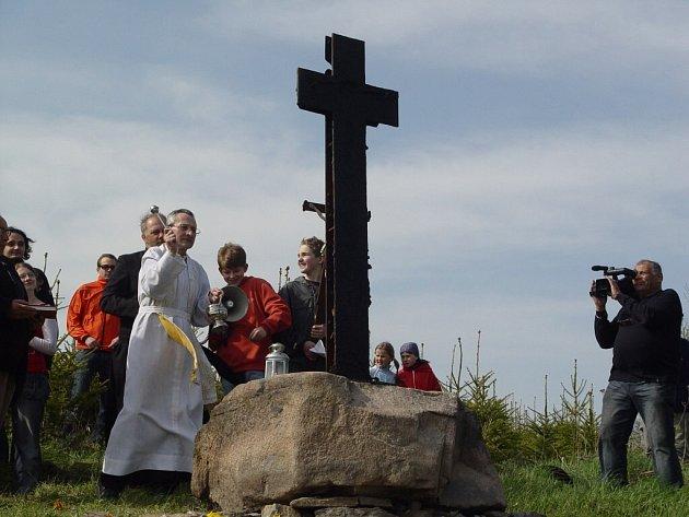 V Louce světili kříž a zvonek z Bystřice.
