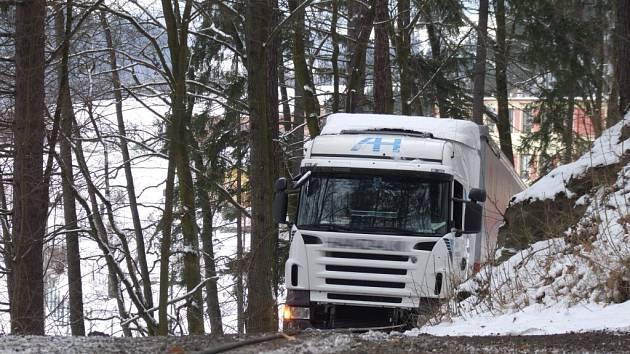 Uvězněný kamion v obci Ubušínek