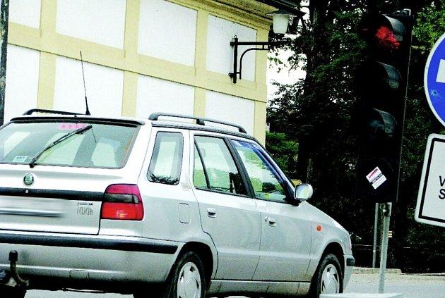 Červená na semaforu? Pro řidiče projíždějící přes provizorium vedle historického mostu ve Žďáře žádný problém. V jízdě řadě šoférů červené světlo nezabrání. Nutno však podotknout, že semafory často nepracovaly správně.