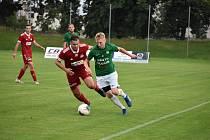 Hráči Velkého Meziříčí (v červeném) podlehlo ve středečním 16. kole MSFL Petřkovicím těsně 0:1.