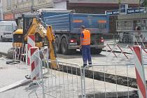 Na silnicích začaly opravy. Rekonstrukce vodovodu uzavřena část Nádražní ulice.