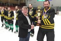 Takto předával Karel Daniel (vlevo) pohár za vítězství v letošním ročníku Vesnické hokejové ligy hráčům Bohdalce.