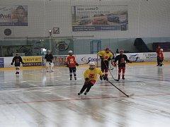 Zimní stadion ve Žďáře nad Sázavou je otevřen od začátku tohoto týden. Umělé kluziště už využívají k tréninkům mimo jiné hokejisté. Široká veřejnost si může přijít poprvé v nové sezoně zabruslit tuto sobotu 12. srpna od 10.30 do 12 hodin.