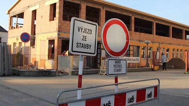 Přístavba mateřské školy v ulici Drobného v Novém Městě na Moravě má být dokončena do 20. srpna. Tak, aby první den v září mohly do školy nastoupit děti.