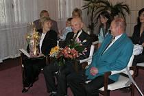 Rudolf Procházka z Velké Bíteše se dnes dožívá sta let. Na snímku je mezi svými dětmi, Marií Škodovou a Janem Procházkou.