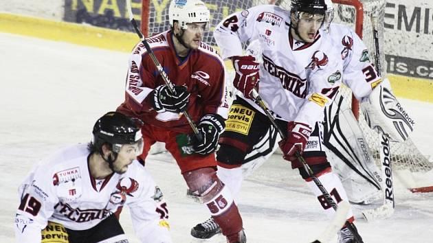 Žďárští hokejisté (v tmavém Jiří Plachý) mají před sebou devět přípravných zápasů. K tomu prvnímu nastoupí devátého srpna proti Břeclavi.