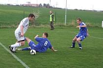 Fotbalisté Rozsoch (v modrém) ubránili ve Starči bezbrankovou remízu.