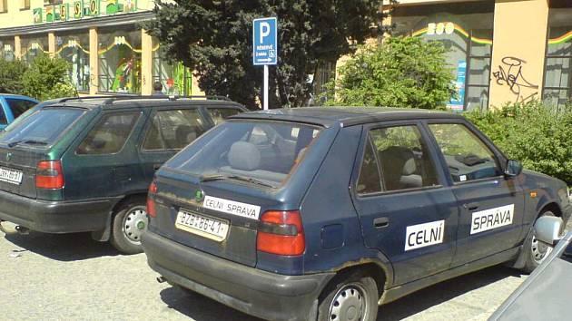 Na místech pro invalidy v ulici Brodská ve Žďáře nad Sázavou zaparkoval pracovník celní správy.