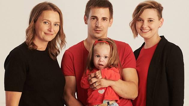 Ředitelka Nadace Dobrý anděl Šárka Procházková s jednou z rodin, které pomáhají Dobří andělé.