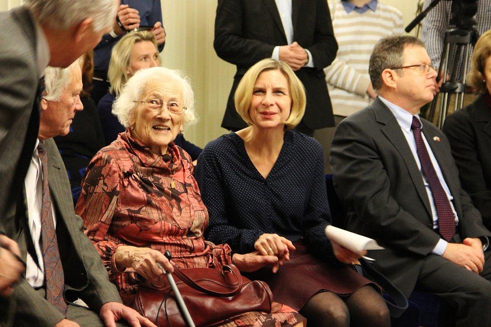 Dvaadevadesátiletá Jaroslava Doležalová s Astrid Herbisonn, dcerou židovské holčičky, kterou za druhé světové války ukrývala před nacisty.