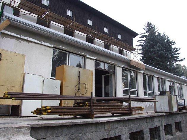 Současný vlastník, společnost Mánes, plánuje otevření hotelu již v příštím roce.