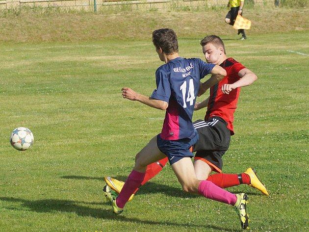 Fotbalisté Měřína (v modrofialovém) prohráli nedělní utkání v Moravci (v červenočerném) 3:4 a k záchraně v I. B třídě potřebují v posledním kole získat bod.
