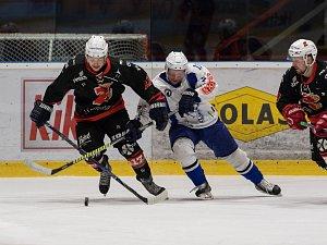 Plameny (v černém) postoupily přes Kolín (v bílém) do semifinále  play-off v nejkratším možném čase.