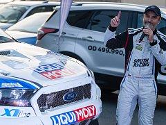 Fanoušci závodníka Tomáše Ouředníčka a automobilového sportu si prohlížejí Ouředníčkův závodní speciál Ford Ranger, než se sním vydá na Rallye Dakar 2018.