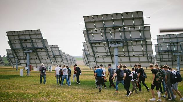 Desítky slunečních elektráren po celé České republice otevírají své brány. K vidění bude kozí farma, velkokapacitní baterie, gigantická elektrárna nebo příklad agrovoltaiky
