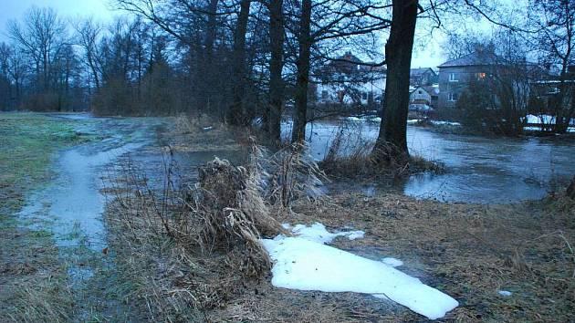Řeka Sázava se v Hamrech nad Sázavou vylila do polí.