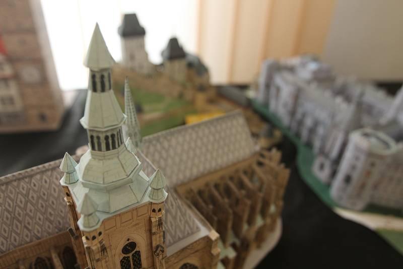 Budovy bývají propracované do nejmenších detailů.
