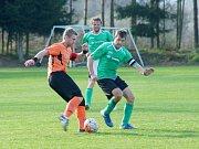 Hráči Bobrové (v oranžovém) v neděli zvládli derby na půdě béčka Nové Vsi, kde hlavně díky třem gólům z prvního poločasu zvítězili 3:2. Foto: David Mahel